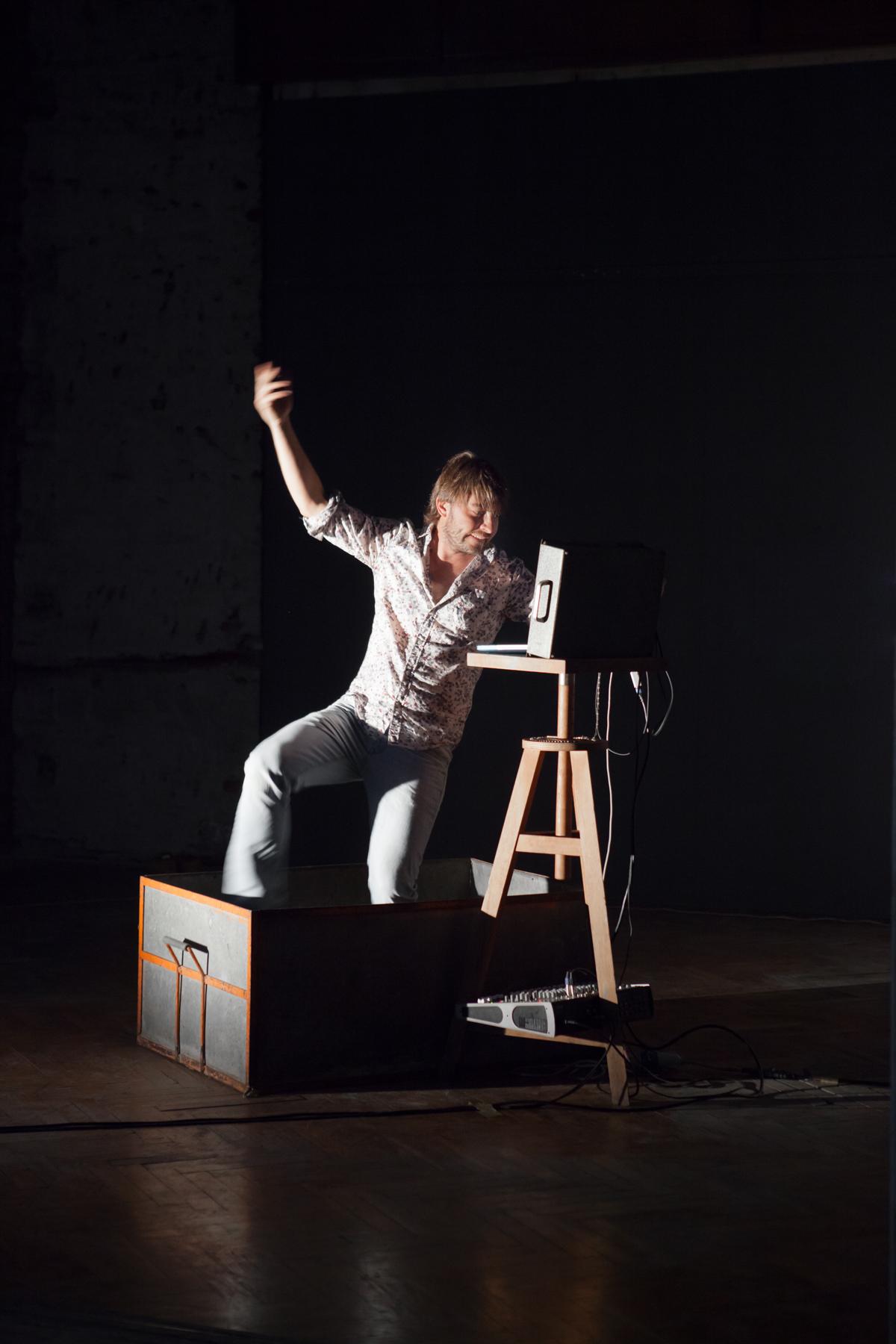 Félix Lachaize, Perf Pad Dance. hand truck sound ride, 2016, performance, Livenel performingartsfestival, Piacenza, fotografia Daniele Signaroldi